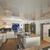 Küche mit glänzender Spanndecke