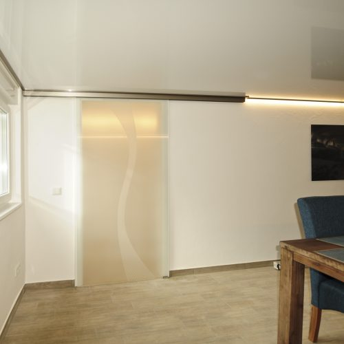 Glasschiebtür LED-Lackspanndecke