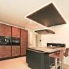 Küche mit LED-Lackspanndecke weißglanz / schwarzmatt
