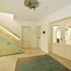 Treppe mit Glasgeländer und Stiltüren