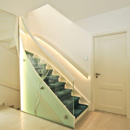 Treppe mit Glasgeländer und LED Handlauf mit Stiltüren